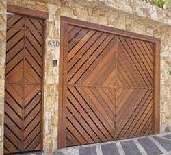 Portão de Garagem de Madeira