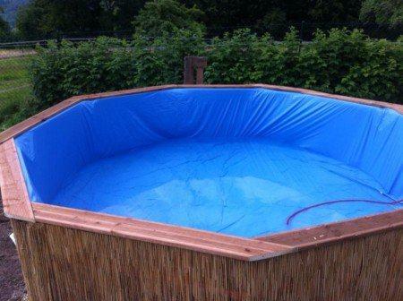 encha a piscina de paletes com água